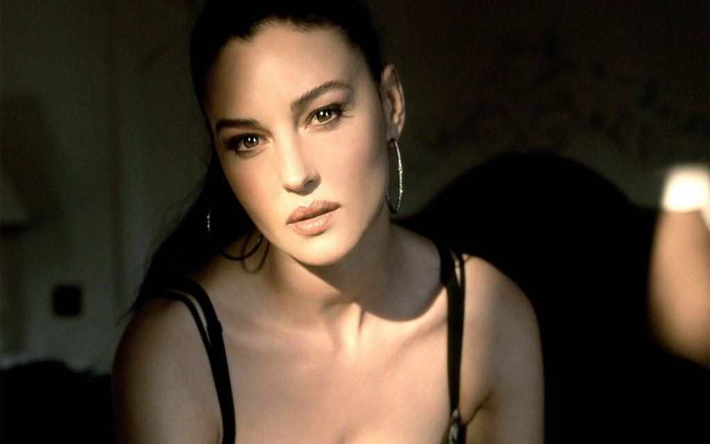 Monica-Bellucci-Brown-Eyes-1-1920x1200.jpg